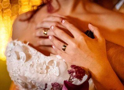 Qual é a diferença entre a aliança de noivado e o anel de noivado?