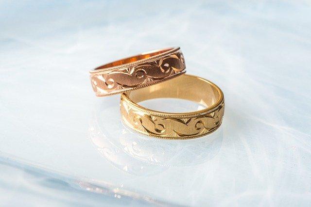 Imagem de dois anéis se sobrepondo. Um anel em ouro rosé, outro anel em ouro amarelo.