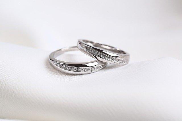 Imagem de par de anéis em ouro branco