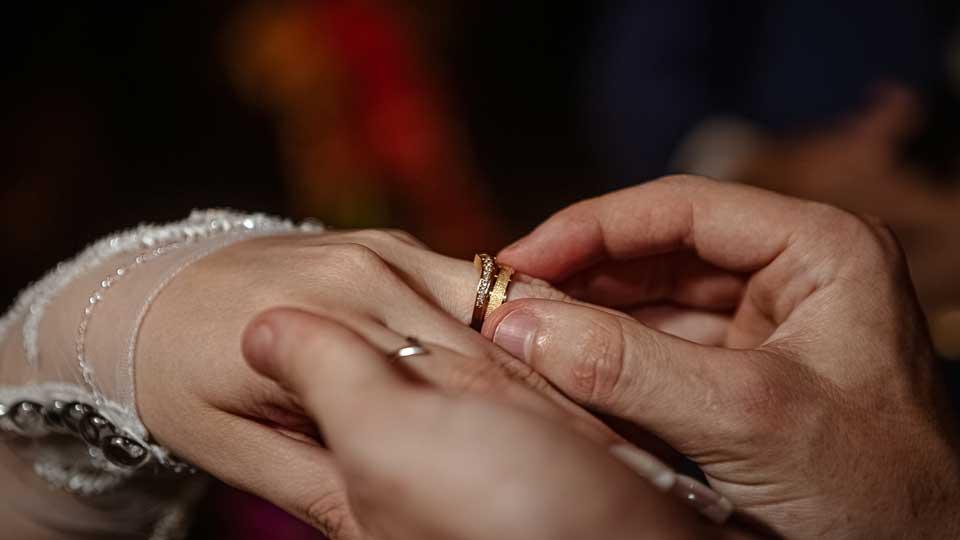 Por que a aliança de casamento vai na mão esquerda?