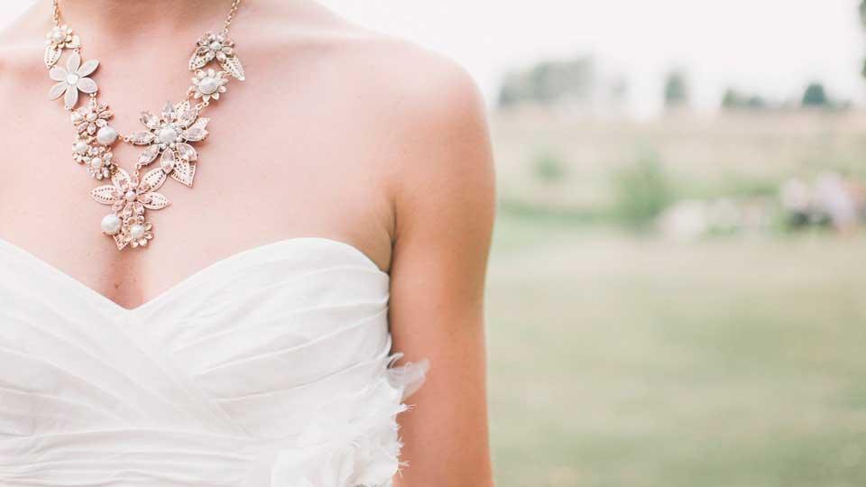 Que joias uma noiva deve usar com o vestido de noiva?