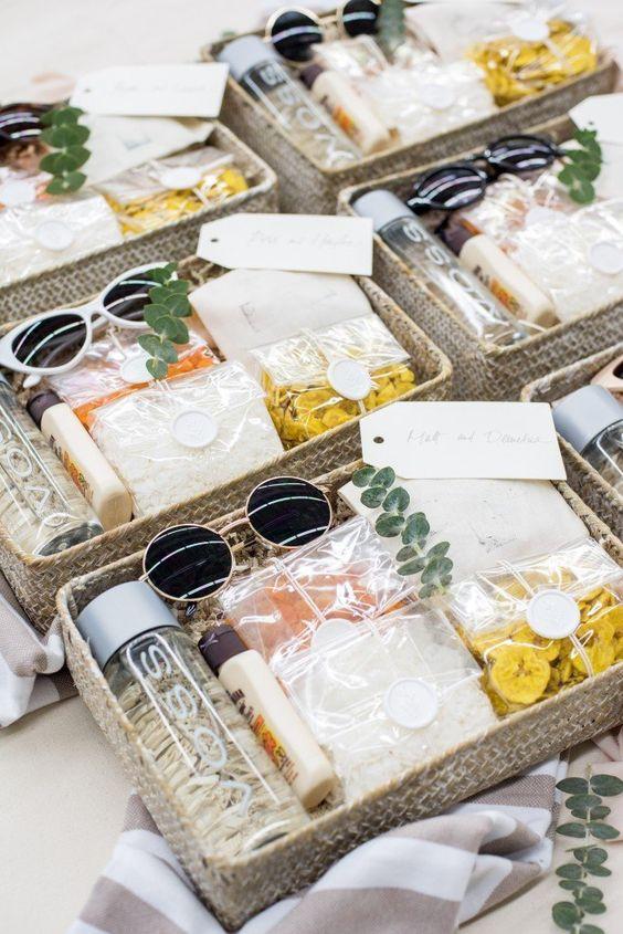 Imagem de welcome box para padrinhos, com água, óculos escuros e mais