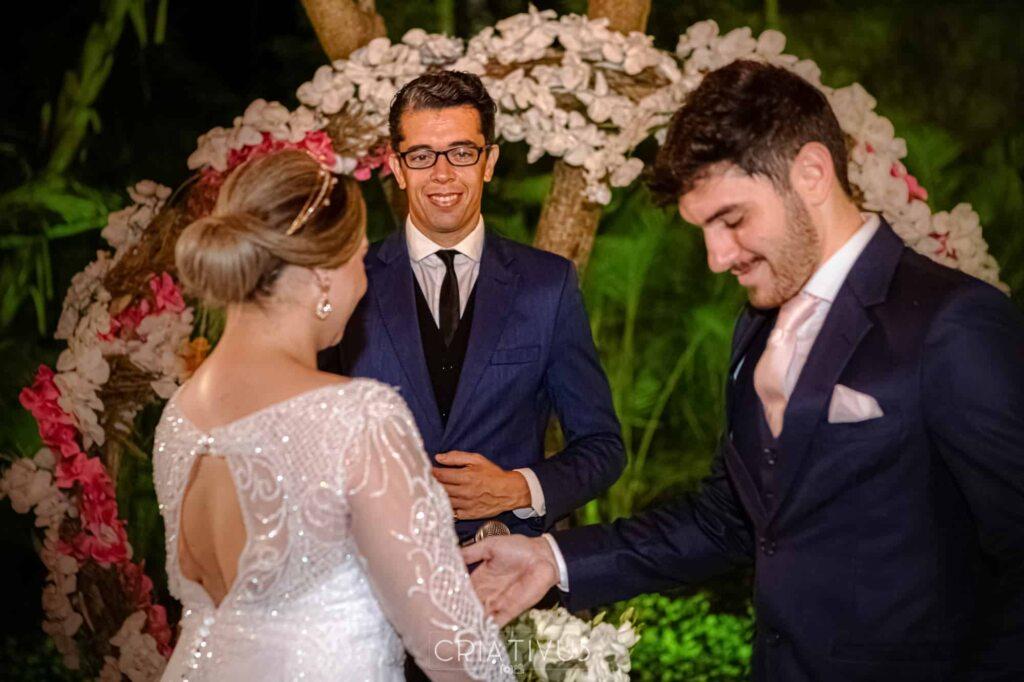 Imagem de casal em altar durante cerimônia de casamento