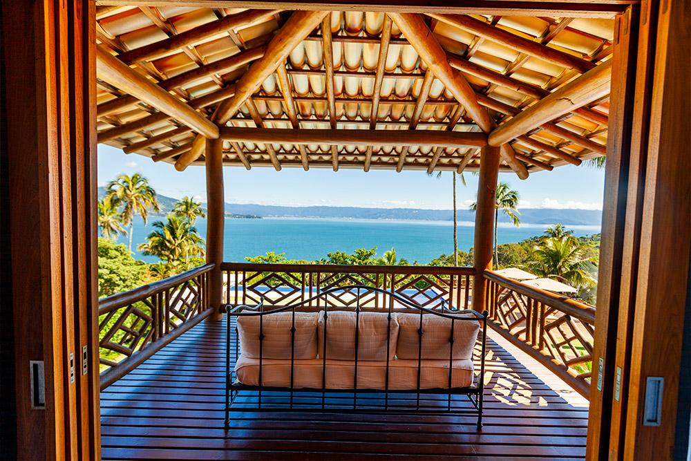 Imagem de sacada de quarto de hotel com vista para o mar