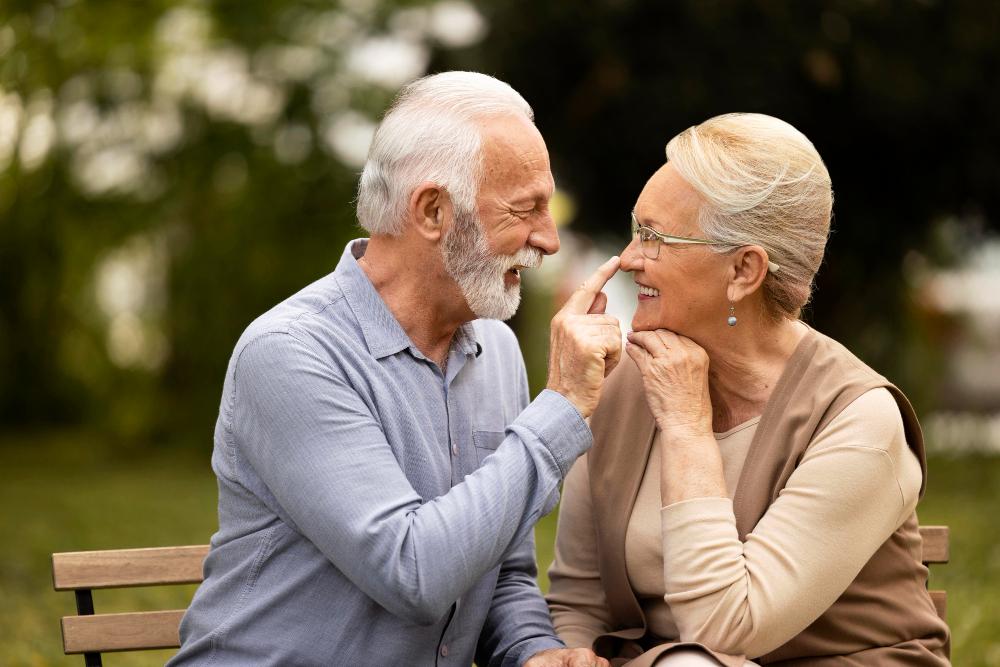 Imagem de casal idoso em banco de praça